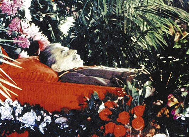 Это изображение имеет пустой атрибут alt; его имя файла - Stalin-coffin.jpg